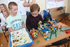 Lapsed robootika näitusel FLL (First Lego League). Innovaatilist lahendust näitamas