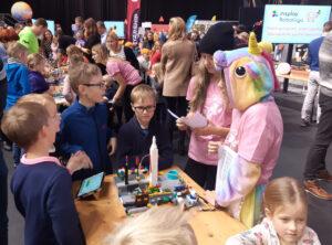 Robotexile registreerimine -  lapsed meeskonnaga oma tööd esitlemas Insplay Roboliiga näitusel